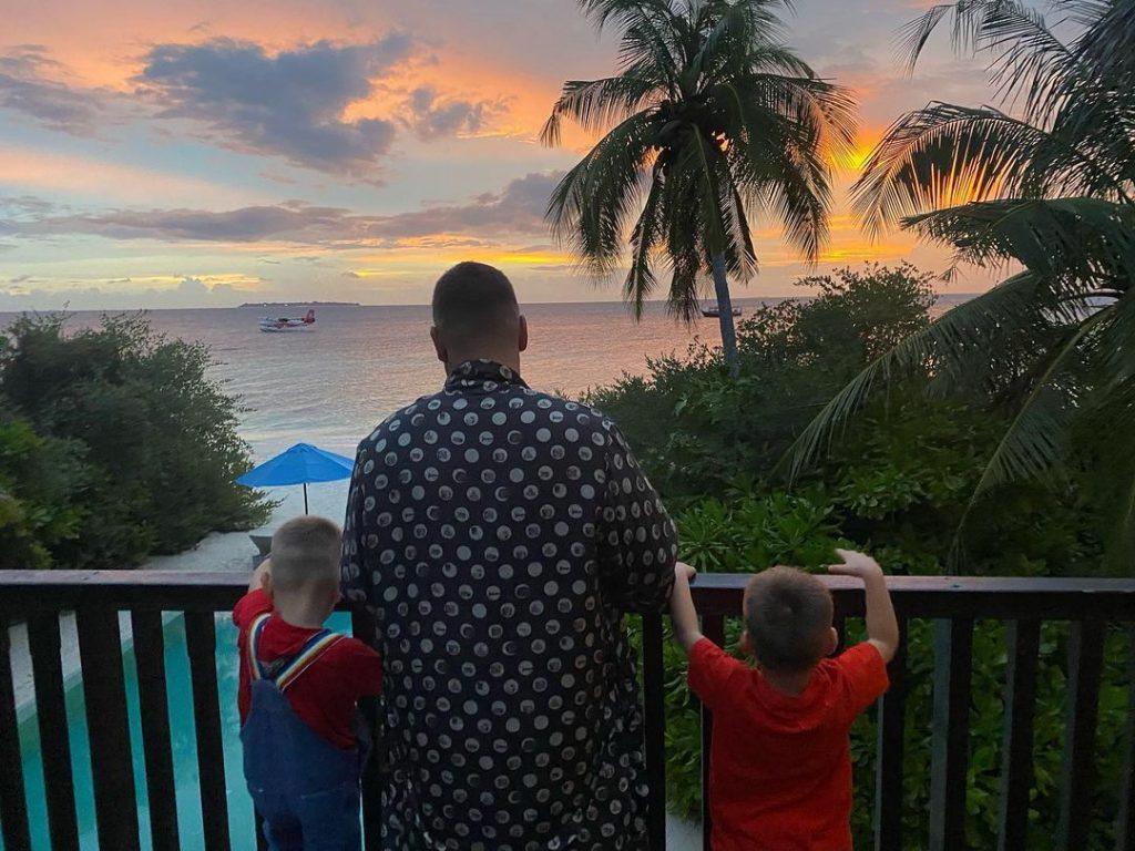 Каникулы на Мальдивах: Monatik с женой и детьми отправился на отдых