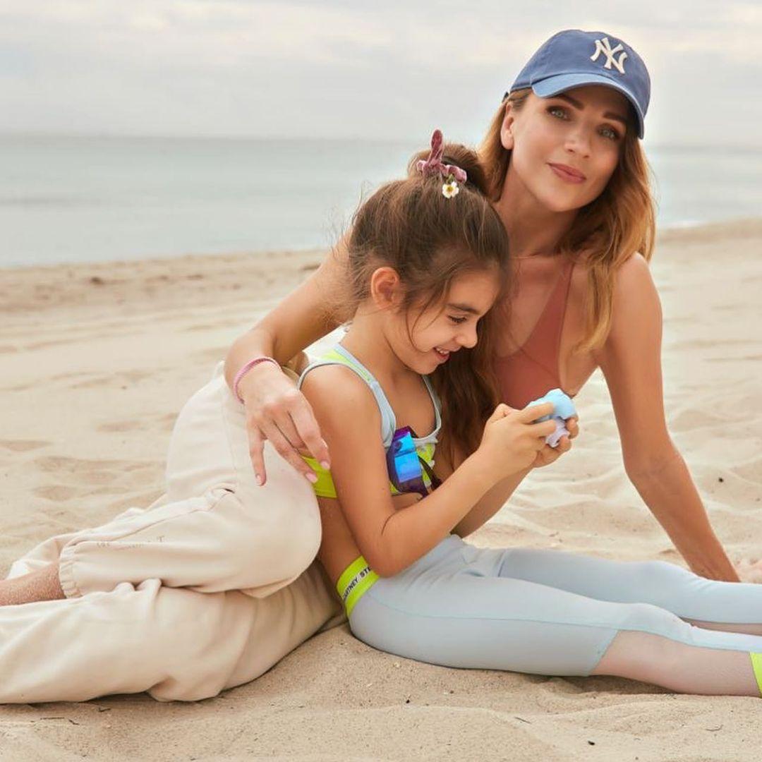 В кепках и с улыбками: Катя Сильченко с дочкой в Майами