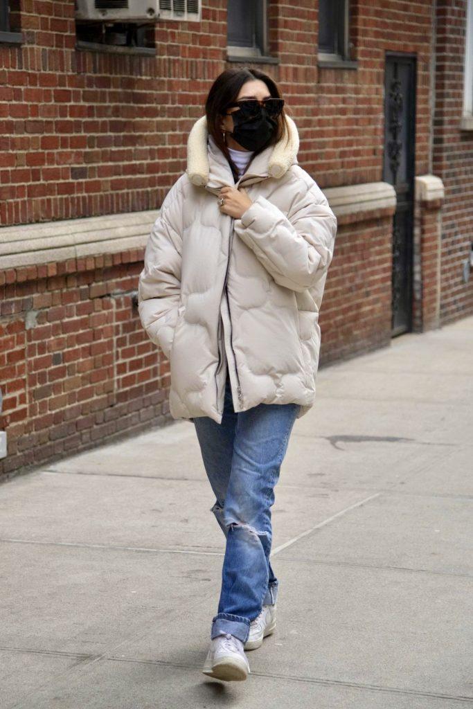Носители: Эмили Ратаковски гуляет в куртках IENKI IENKI