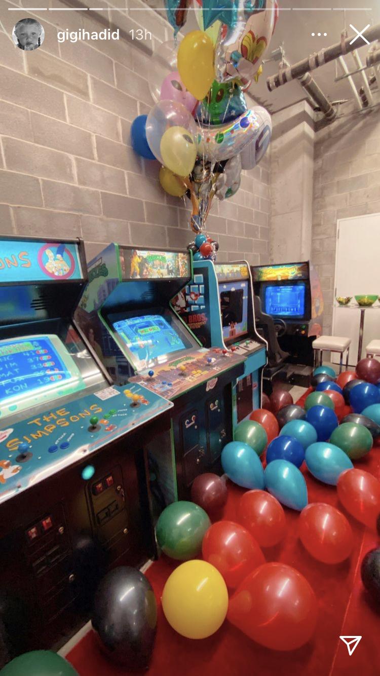 Ігрові автомати та солодощі з 90-х: Джіджі Хадід влаштувала вечірку на честь 28-річчя Зейна Маліка
