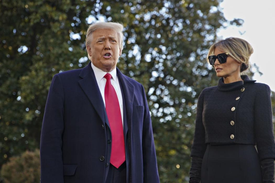 Кадр дня: Дональд и Мелания Трамп покинули Белый дом