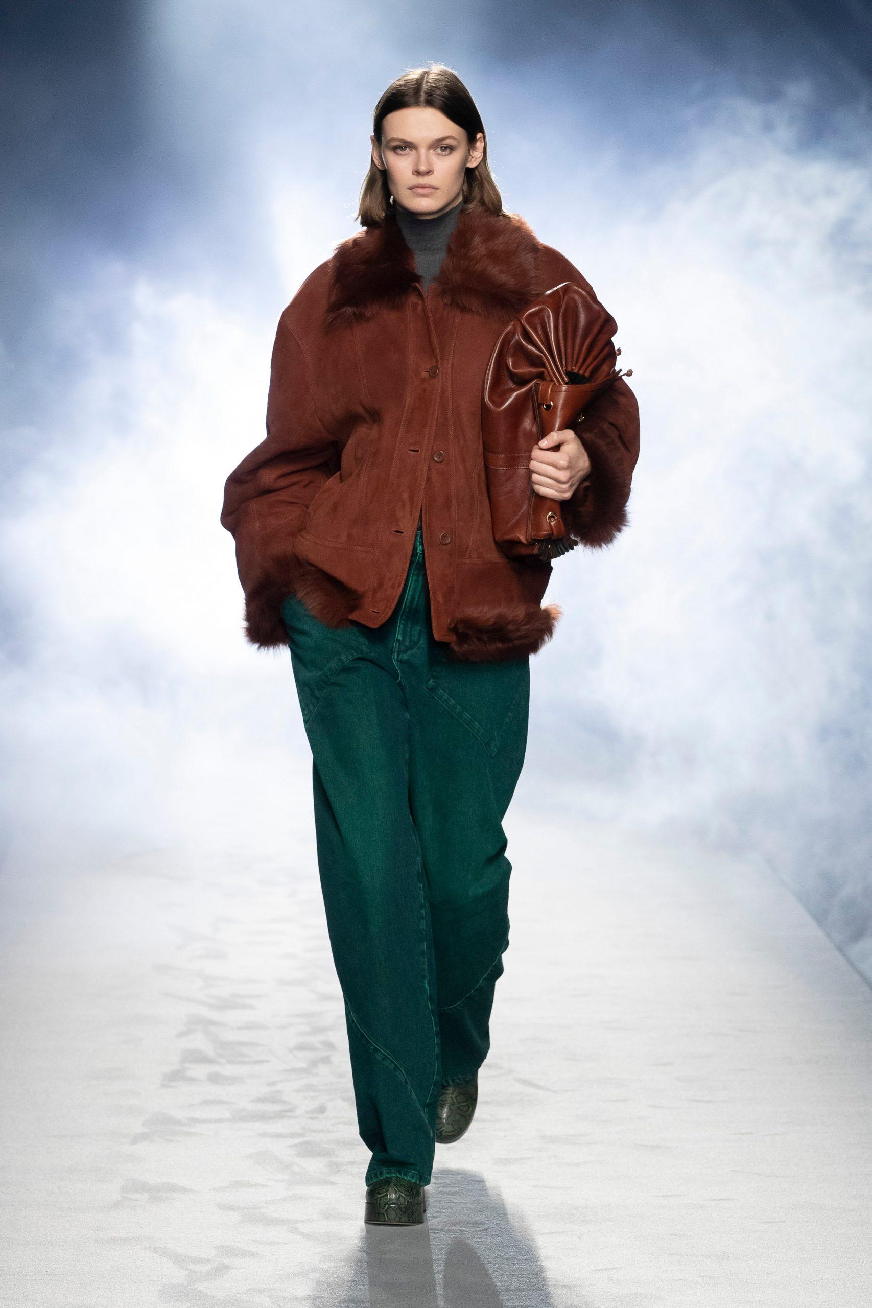 Широкополые шляпы и юбки поверх брюк в коллекции Alberta Ferretti FW'21