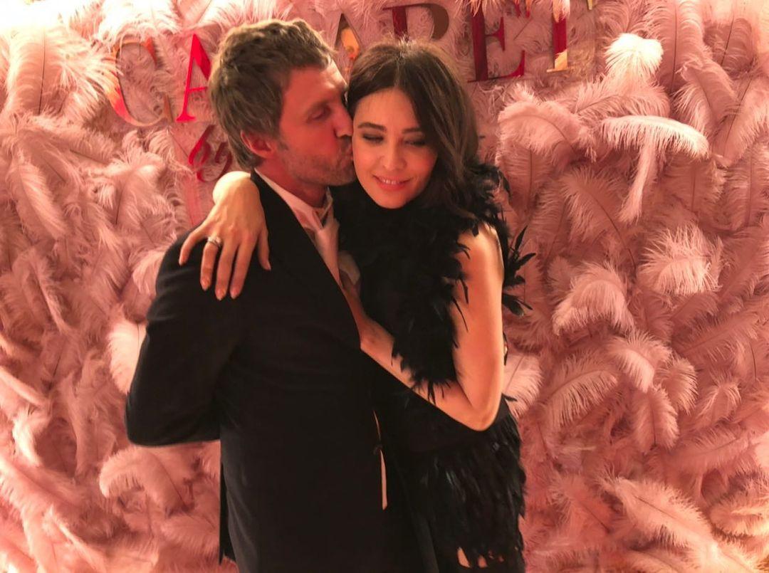 Love around: как Настя Каменских, Катя Осадчая, Санта Димопулос отпраздновали День влюблённых