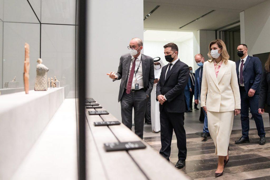 Строгие костюмы и хиджаб: что носила Елена Зеленская во время визита в ОАЭ