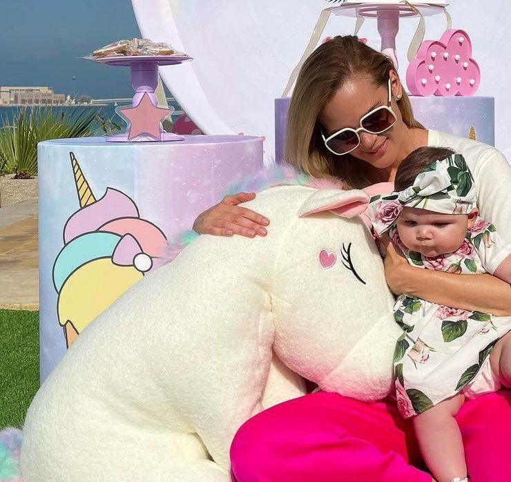 Сонячний пляж і казкові єдинороги: Анастасія Масюткіна привітала 6-місячну доньку
