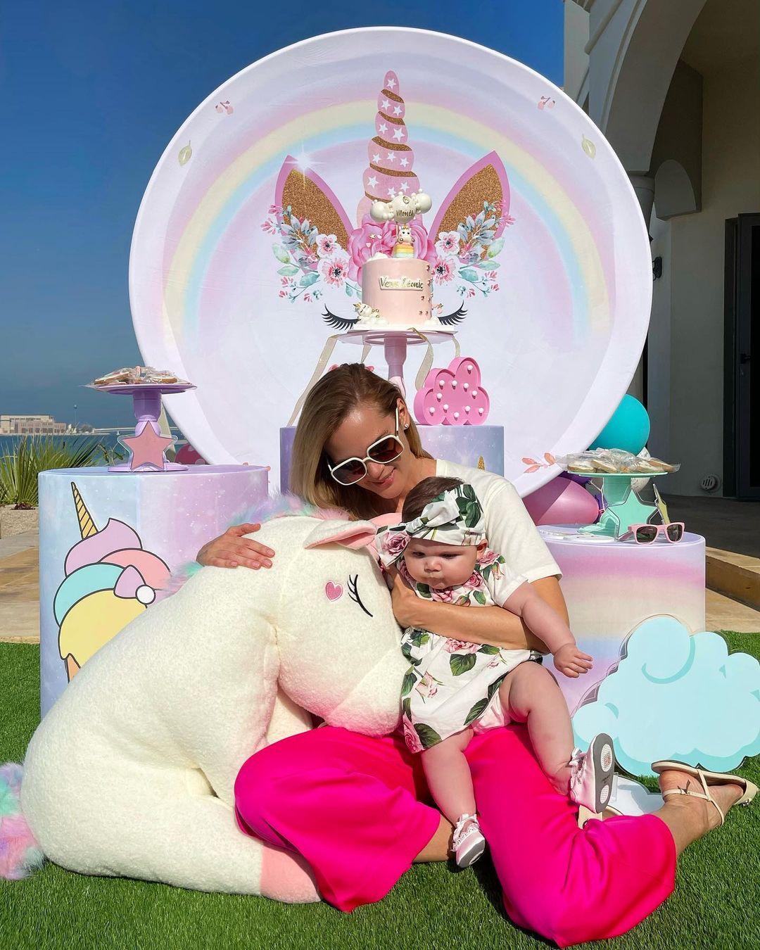 Солнечный пляж и сказочные единороги: Анастасия Масюткина поздравила 6-месячную дочь