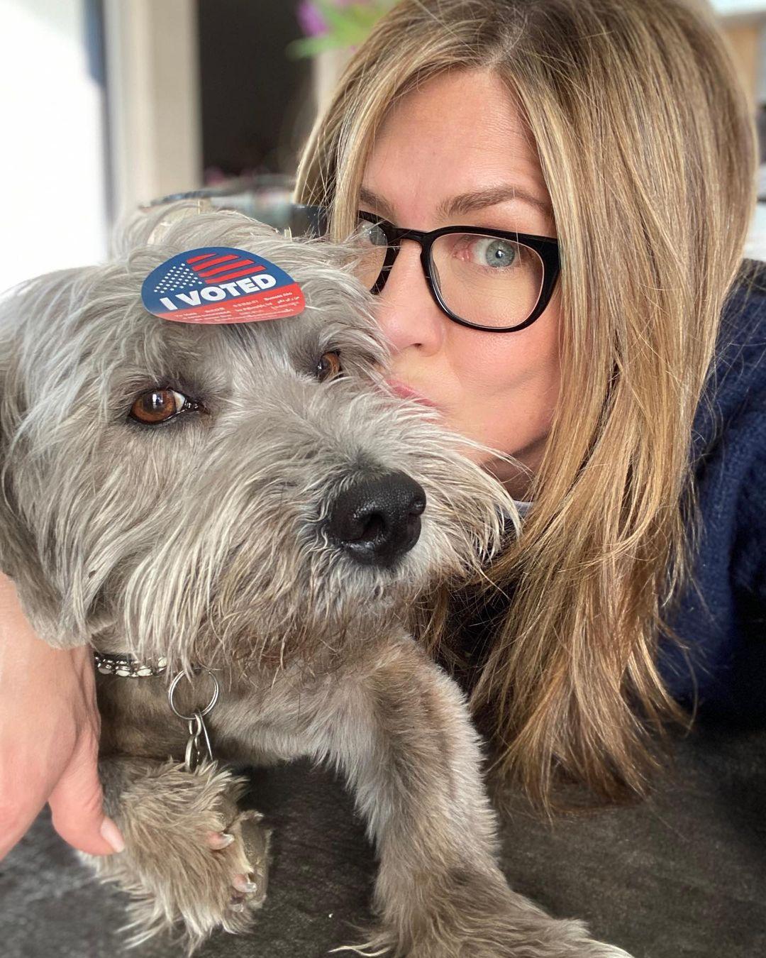 Бьюти-процедуры, любимые псы и «Друзья»: Instagram именинницы Дженнифер Энистон