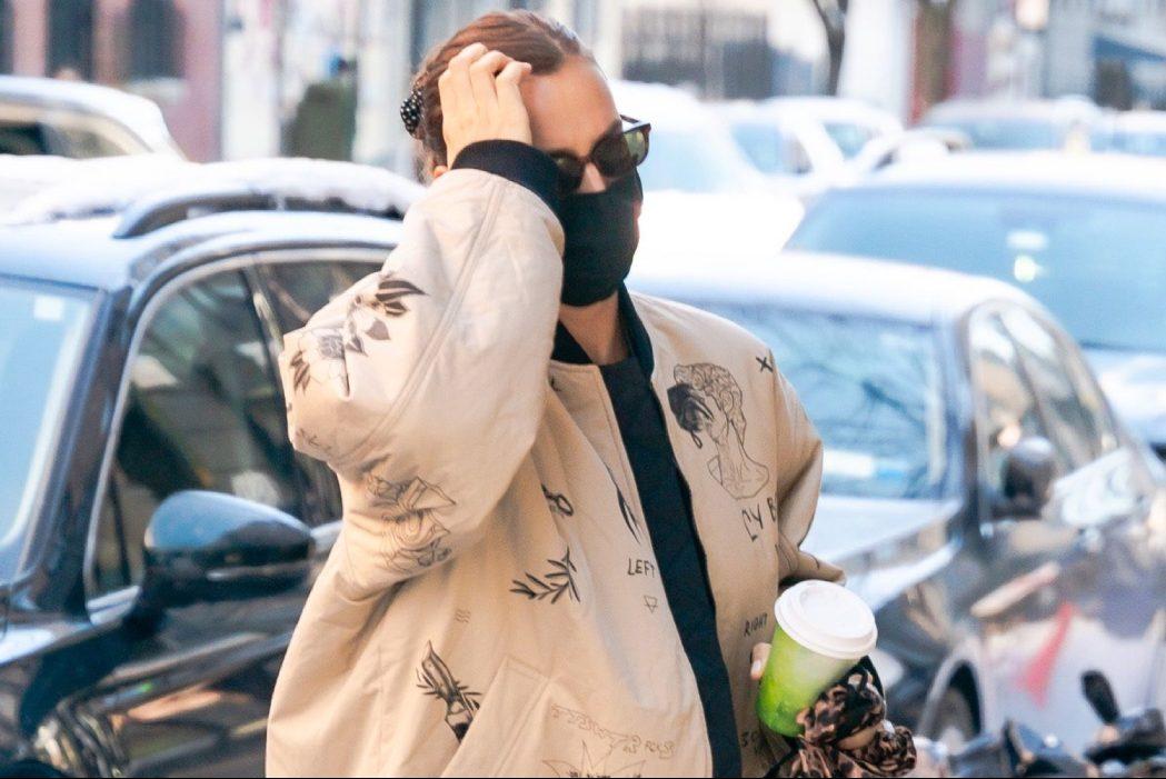 Носители: Ирина Шейк прошлась по улицам Нью-Йорка в бомбере TTSWTRS