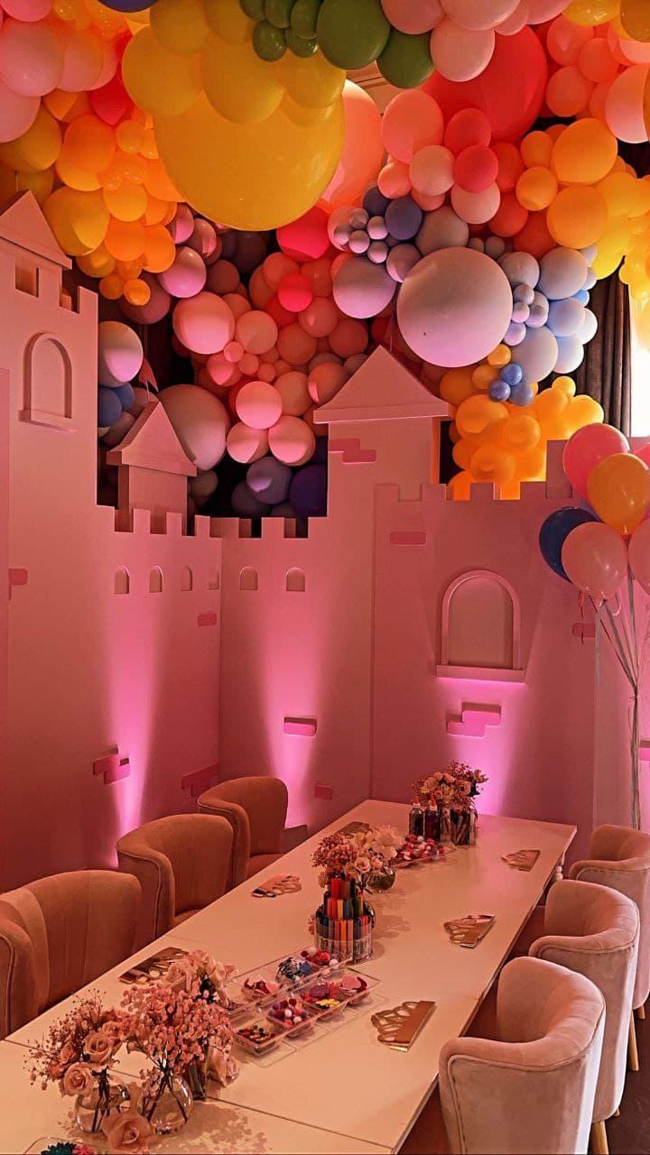 Платье принцессы и candy-бар: Кайли Дженнер устроила вечеринку в честь 3-летия дочки