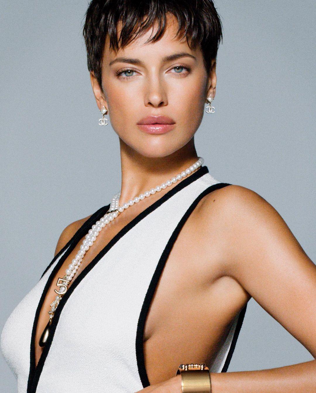 В нарядах Chanel и с короткой стрижкой: Ирина Шейк снялась в новой фотосессии для Vogue