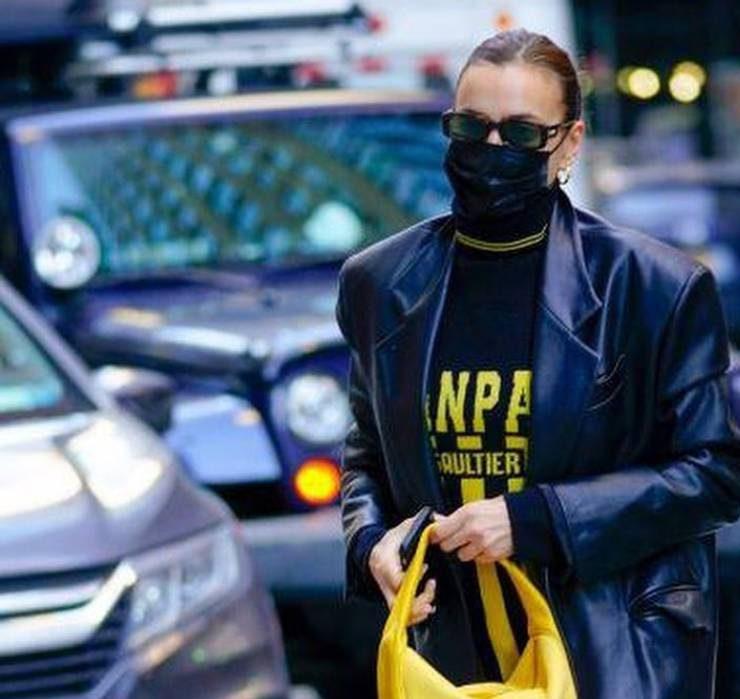 Носії: Ірина Шейк прогулялася Нью-Йорком у шкіряному тренчі GASANOVA