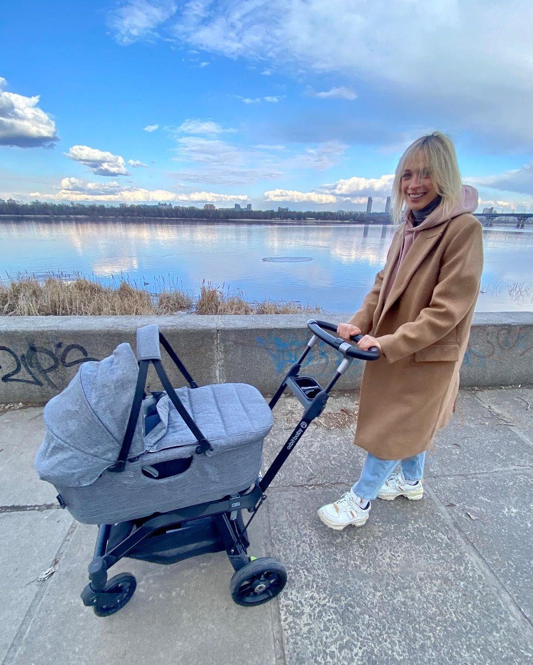 Будни мамы: первая прогулка Василисы Фроловой с сыном