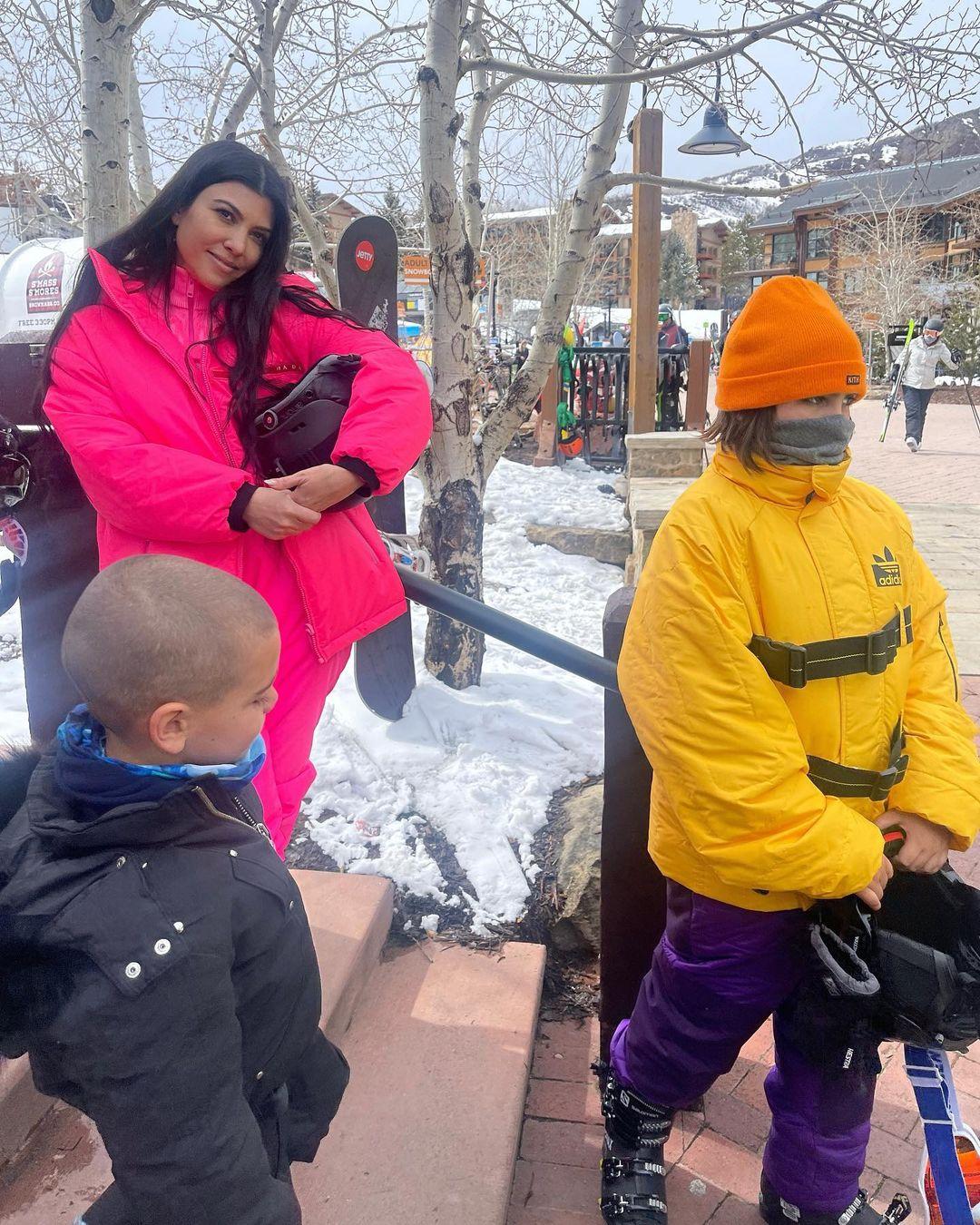 Снежные склоны и снимки в бикини: Кортни Кардашьян отдыхает в Аспене