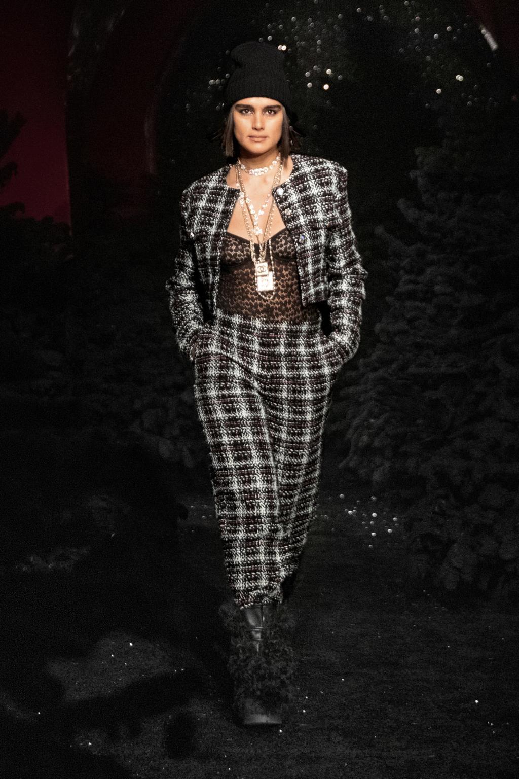 Пайетки, люрекс и классика в коллекции Chanel FW'21/22