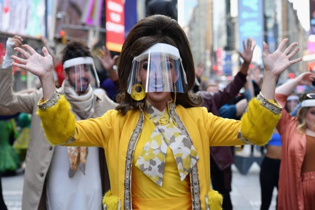 В центре Нью-Йорка устроили масштабное шоу в честь годовщины пандемии