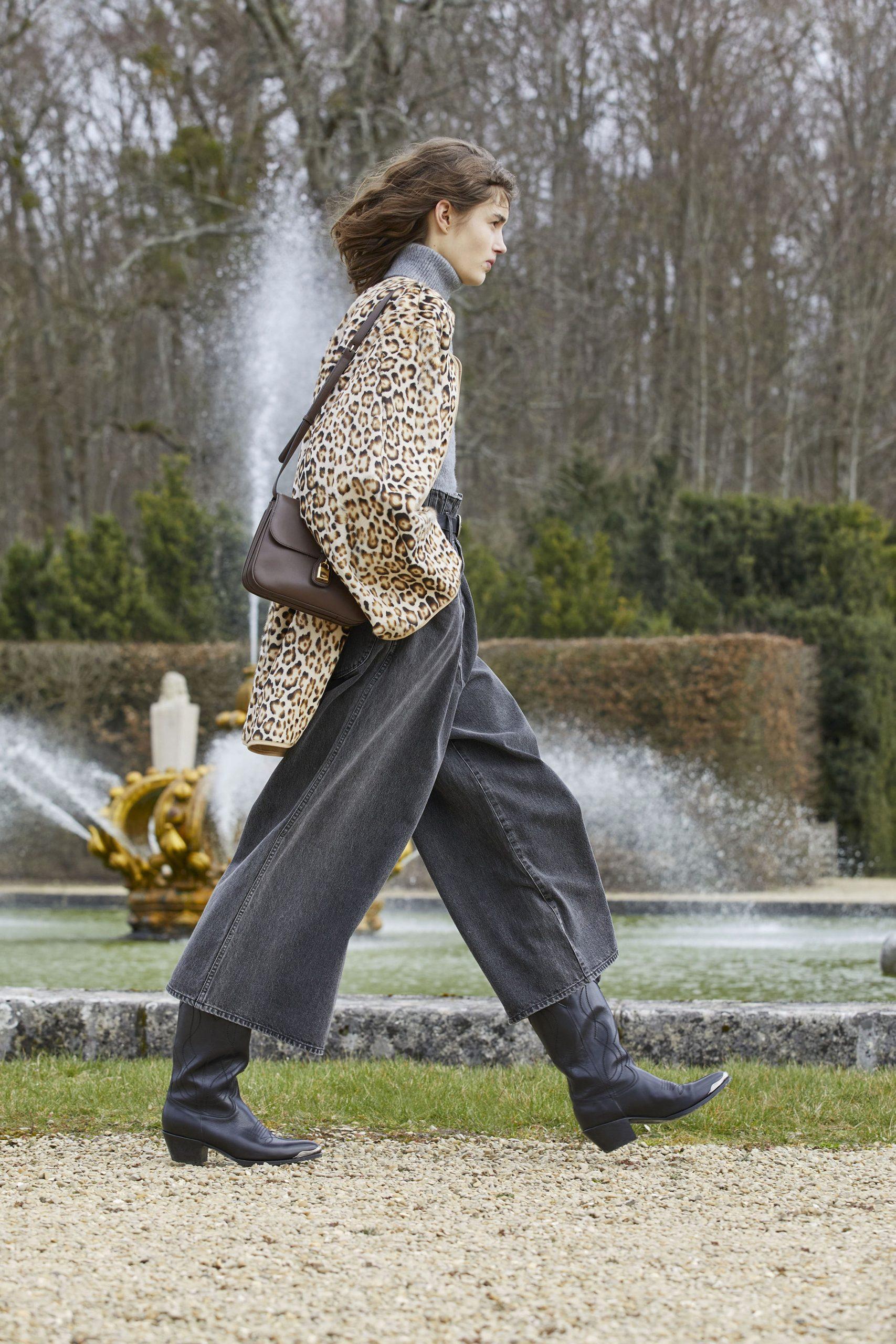 Пайетки, пышные юбки и широкие джинсы в новой коллекции Celine FW'21