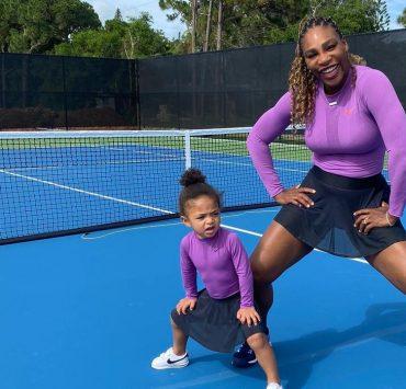 Family look: Серена Уильямс с дочкой примерили яркие купальники