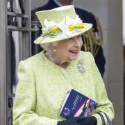 Внучка Елизаветы II в третий раз станет мамой
