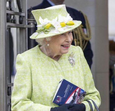 По-весеннему: королева Елизавета II впервые в 2021 году вышла в свет
