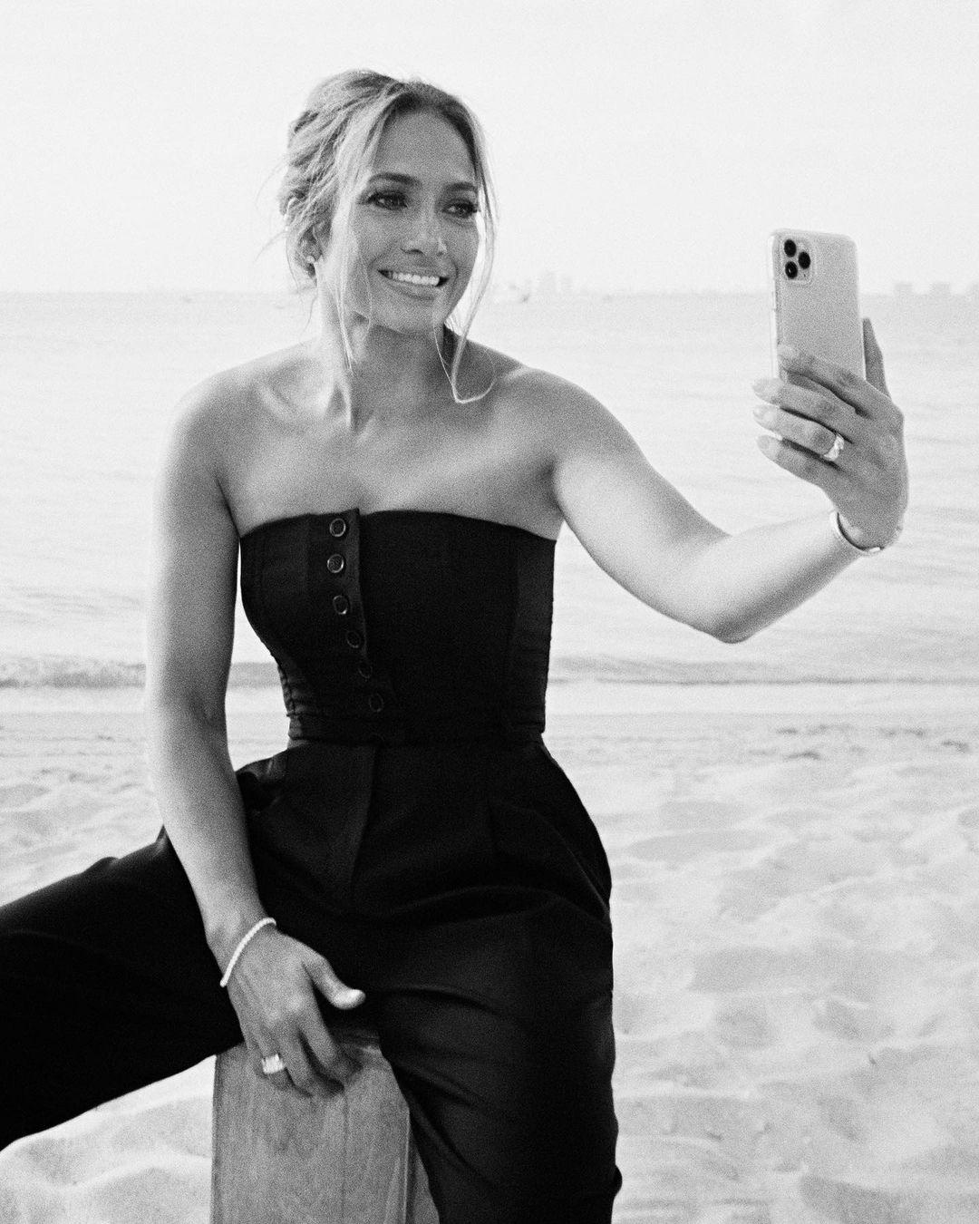 В Chanel и Alaïa: новая фотосессия Дженнифер Лопес