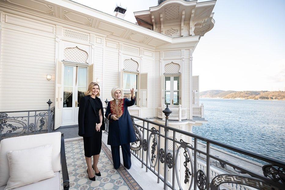 Сукня міді та штани палаццо: гардероб Олени Зеленської в Туреччині