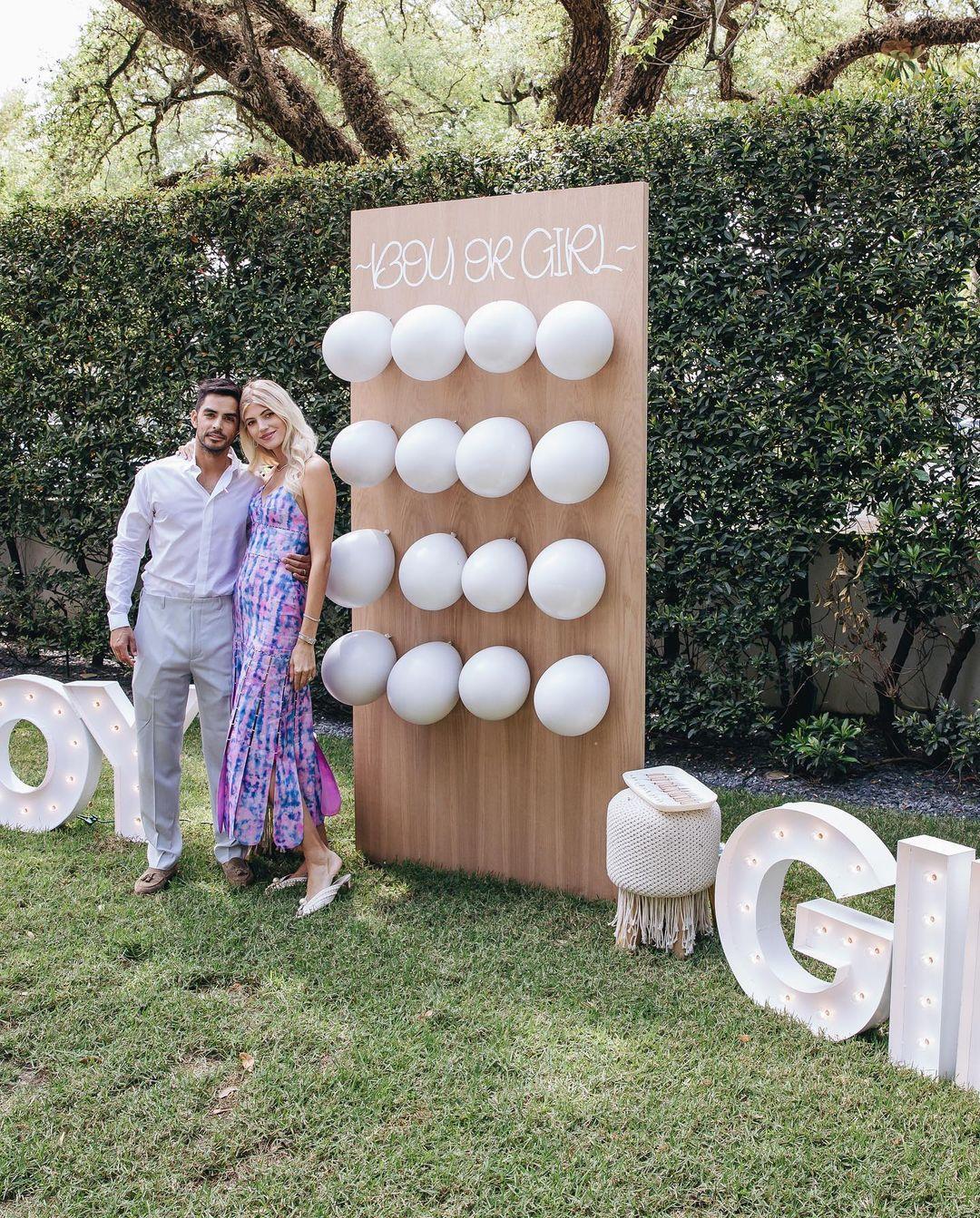 Объятия мужа и искренние эмоции: baby shower модели Девон Виндзор