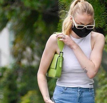 Носители: Софи Тернер в джинсах KSENIASCHNAIDER