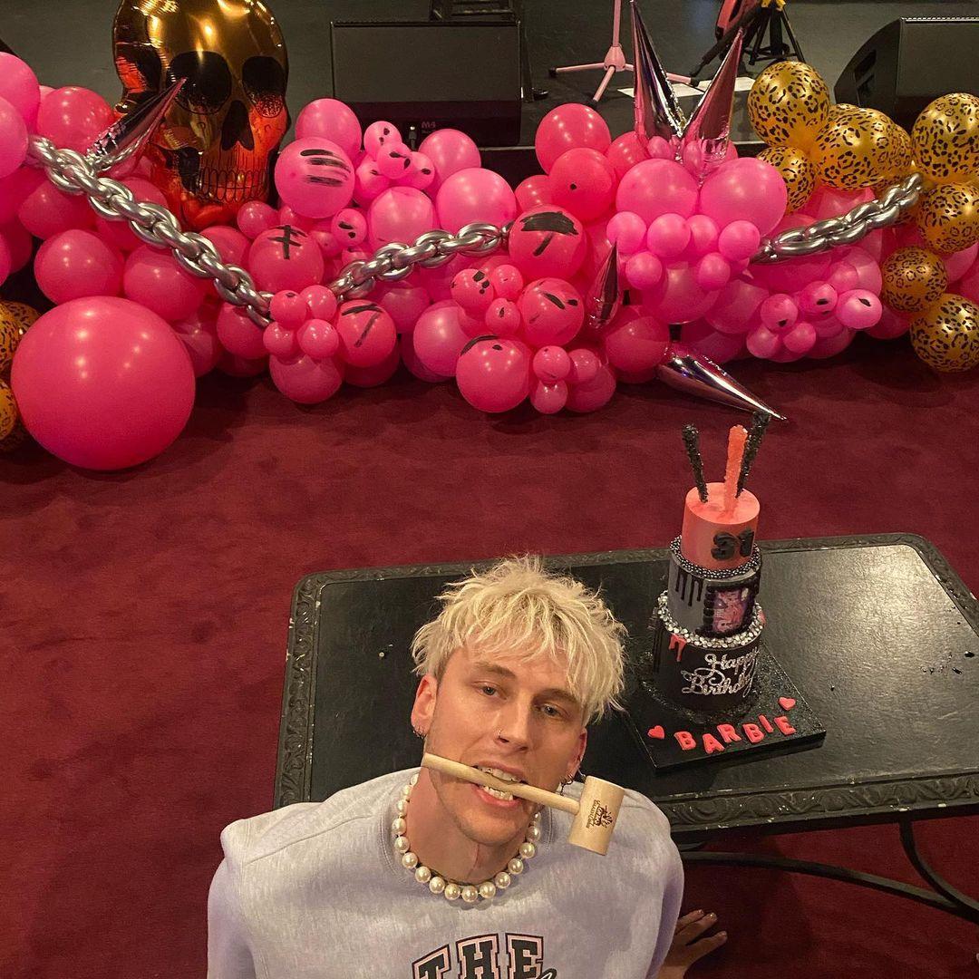 По-голливудски: Меган Фокс повеселилась на гламурной вечеринке бойфренда