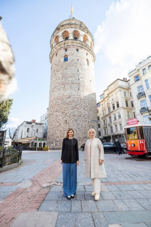 Платье миди и брюки палаццо: гардероб Елены Зеленской в Турции