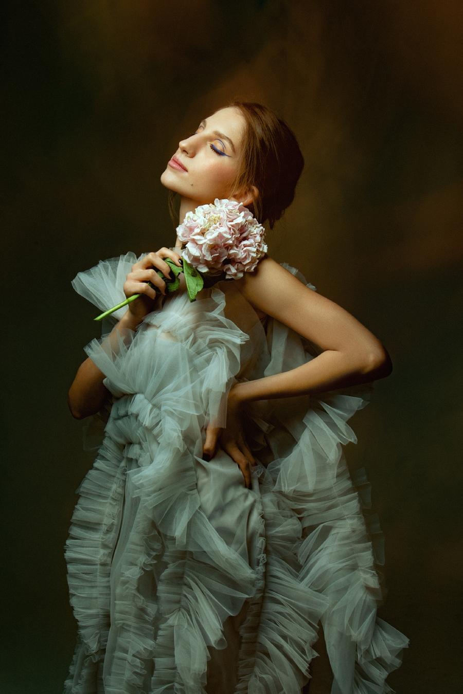 Цветы, шипы, любовь: Nino Basilaya в весеннем спецпроекте INSIDER.UA