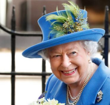Памятные вещи и кроссворды: что носит Елизавета II в своей любимой сумочке Launer