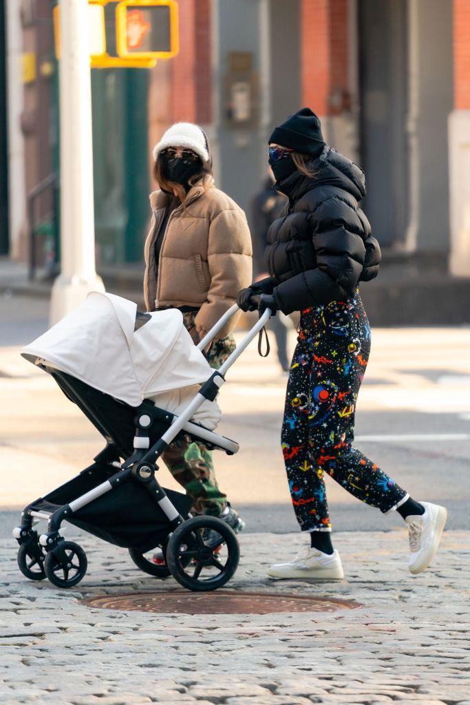 Стильная мама: лучшие street style образы Джиджи Хадид
