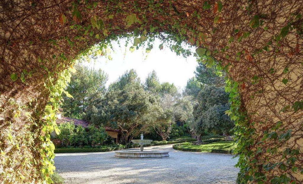 Личный кинотеатр и королевский сад: новый особняк Дуэйна Джонсона за $27,8 млн