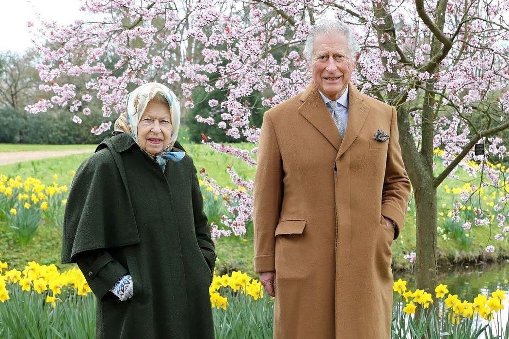 В цветущем саду: Букингемский дворец опубликовал новые фото Елизаветы II с сыном