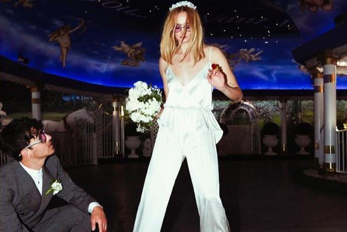 Софи Тернер показала новые фото со свадьбы в честь годовщины