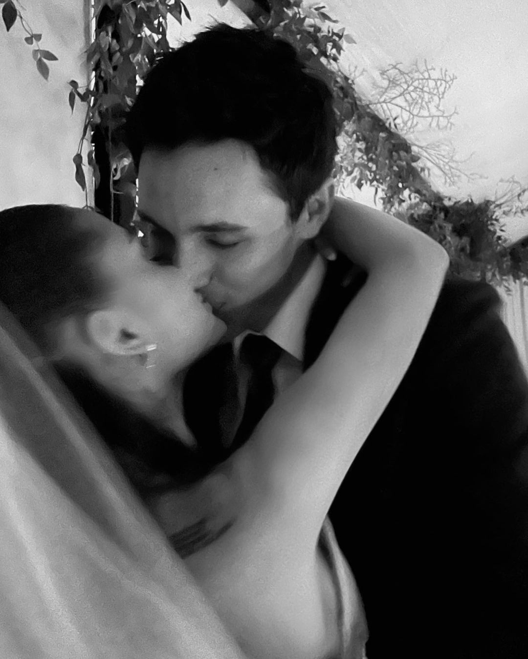 Ариана Гранде показала первые фото со свадьбы