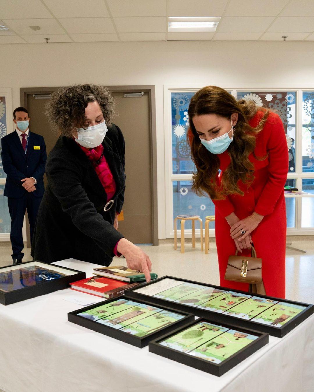 Lady in red: Кейт Миддлтон презентовала свою дебютную книгу