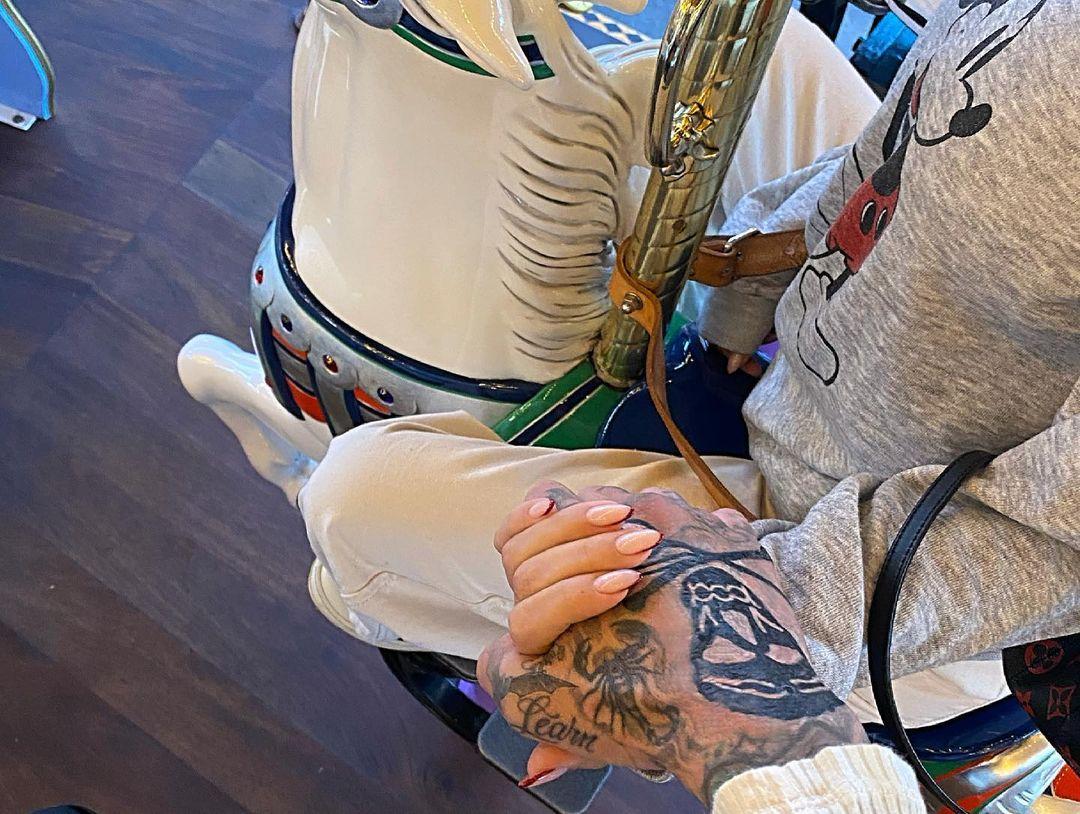Аттракционы и нежные фото: Кортни Кардашьян с бойфрендом в Диснейленде