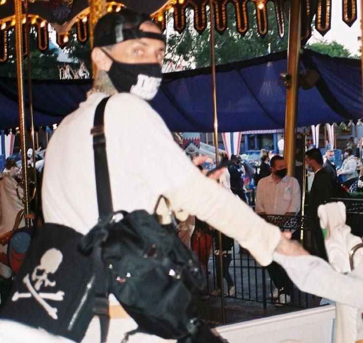 Атракціони та ніжні фото: Кортні Кардашьян з бойфрендом у Діснейленді