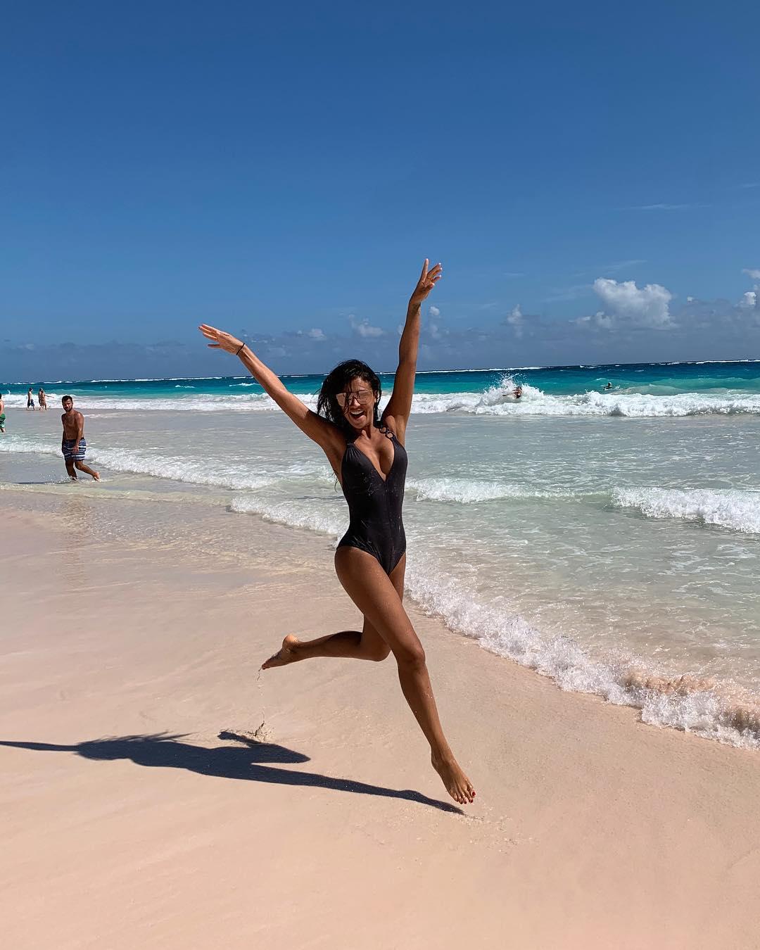 Образец для подражания: лучшие пляжные фото именинницы Санты Димопулос