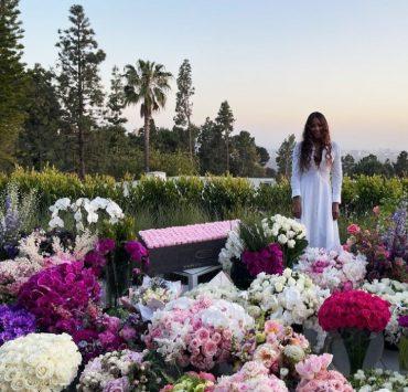 Кадр дня: Наоми Кемпбелл среди моря цветов