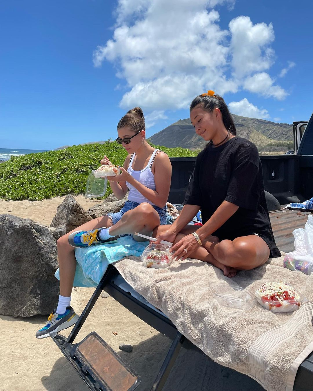 Summer vibe: как проводит первые дни лета Хейли Бибер