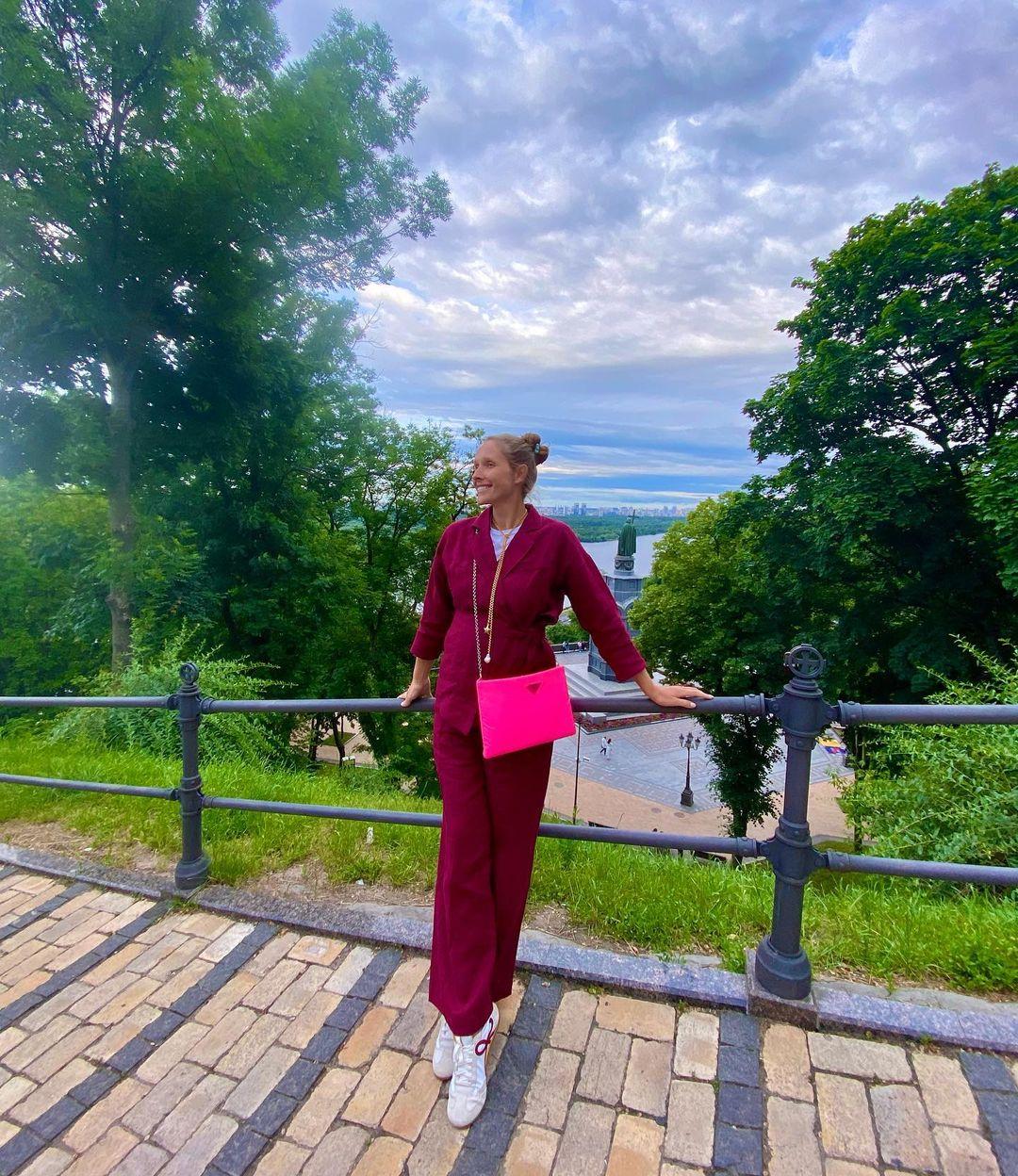 Розовый – хит сезона: как носят трендовый цвет светские модницы