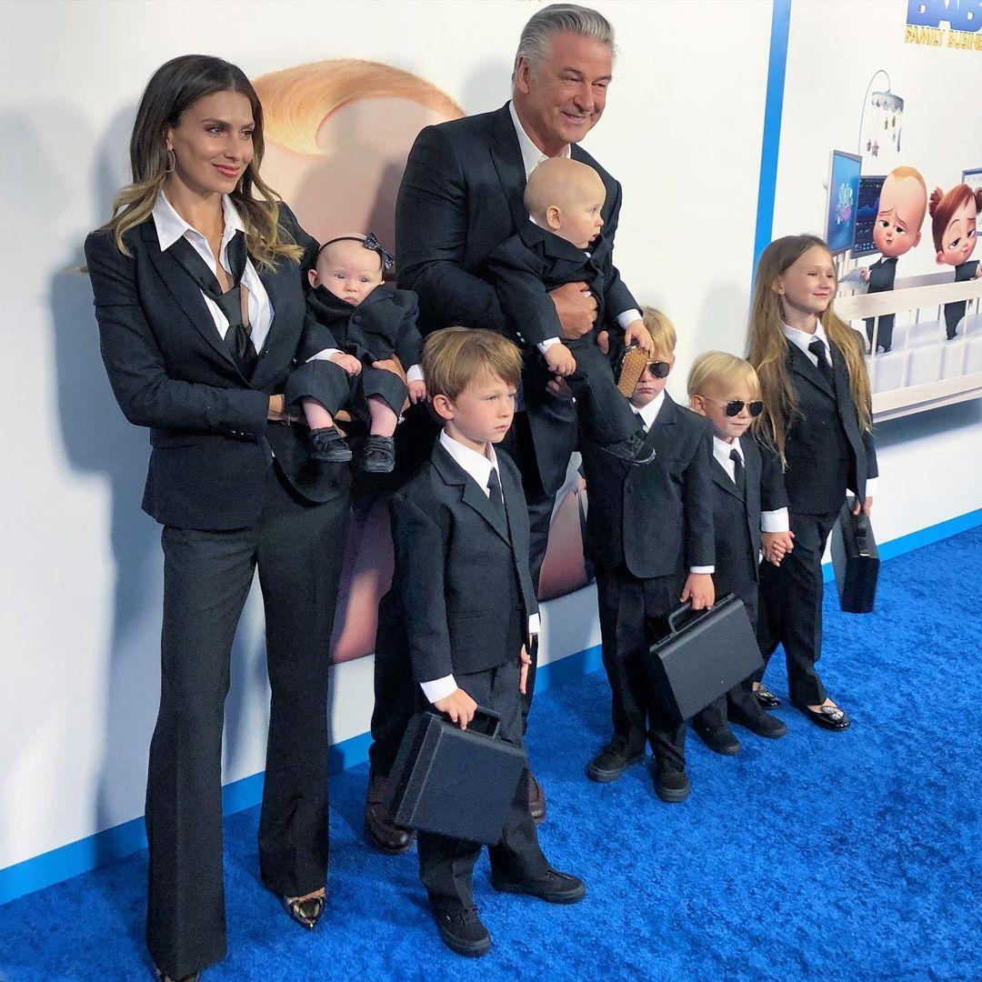 Family look: Алек и Хилария Болдуин вышли в свет с шестью детьми