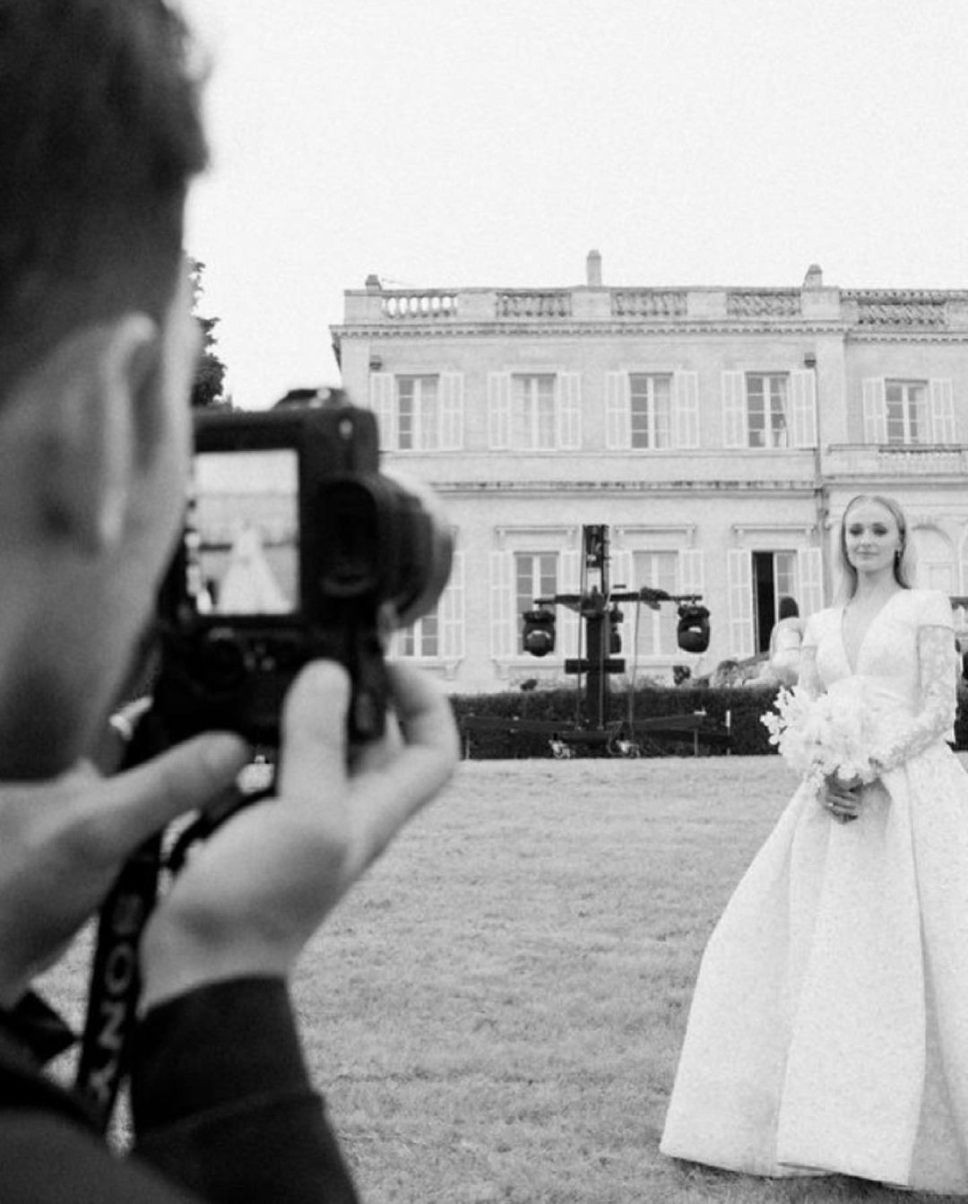 Софи Тернер показала новые фото со свадьбы в честь второй годовщины
