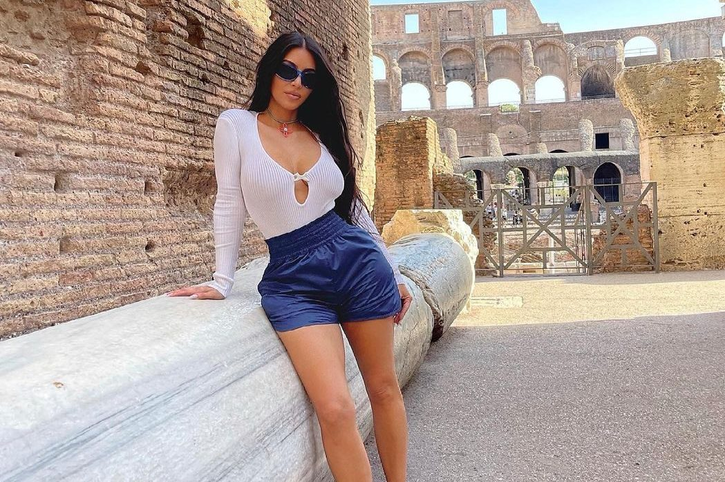 Носители: Ким Кардашьян прогулялась по Риму в топе Bevza