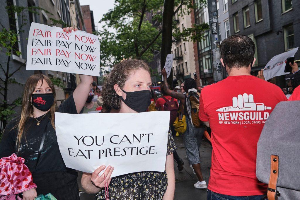 «Вы не можете есть престиж»: сотрудники Condé Nast устроили протест у дома Анны Винтур