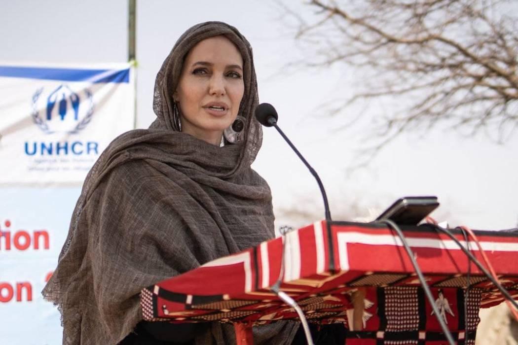Редкий выход: Анджелина Джоли посетила беженцев в Африке