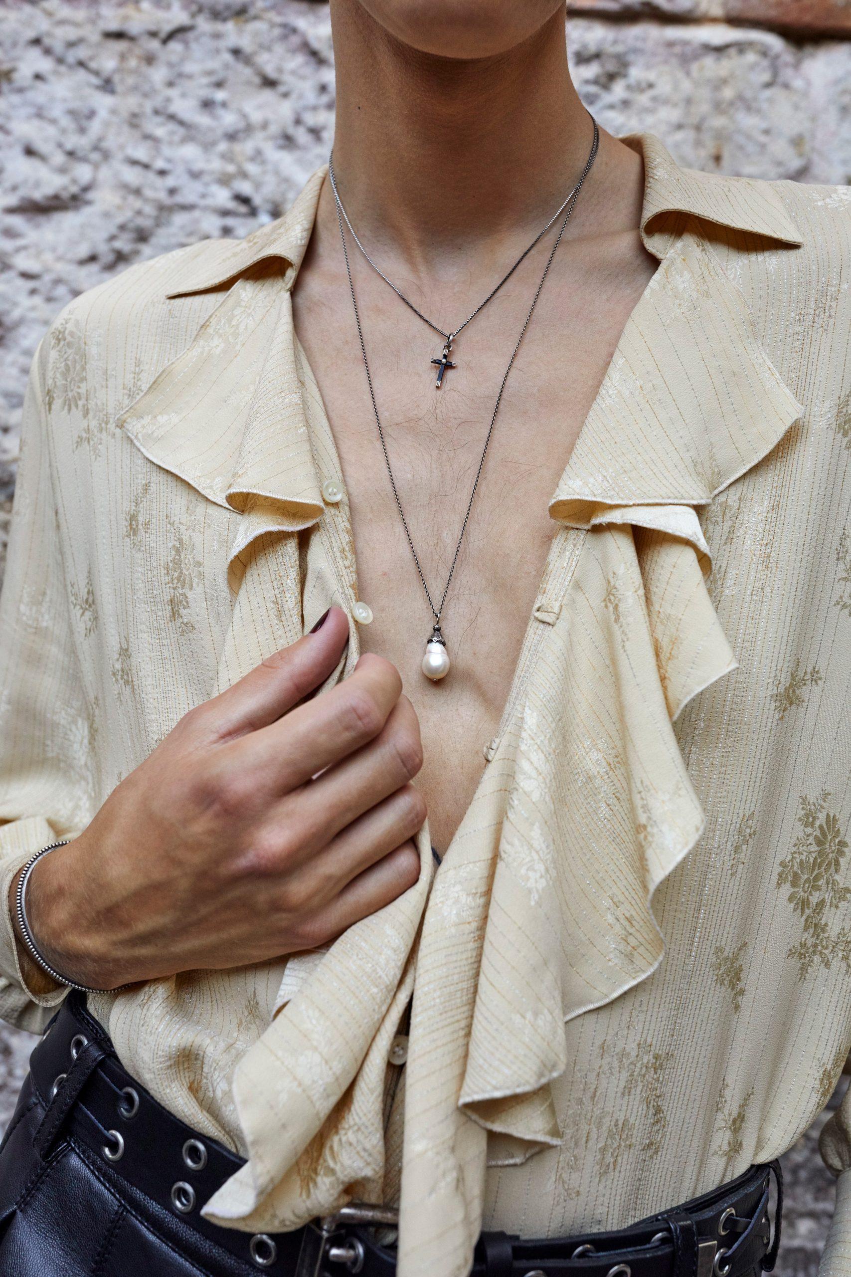 Блузы с жабо и бархатные костюмы в мужской коллекции Saint Laurent SS'22