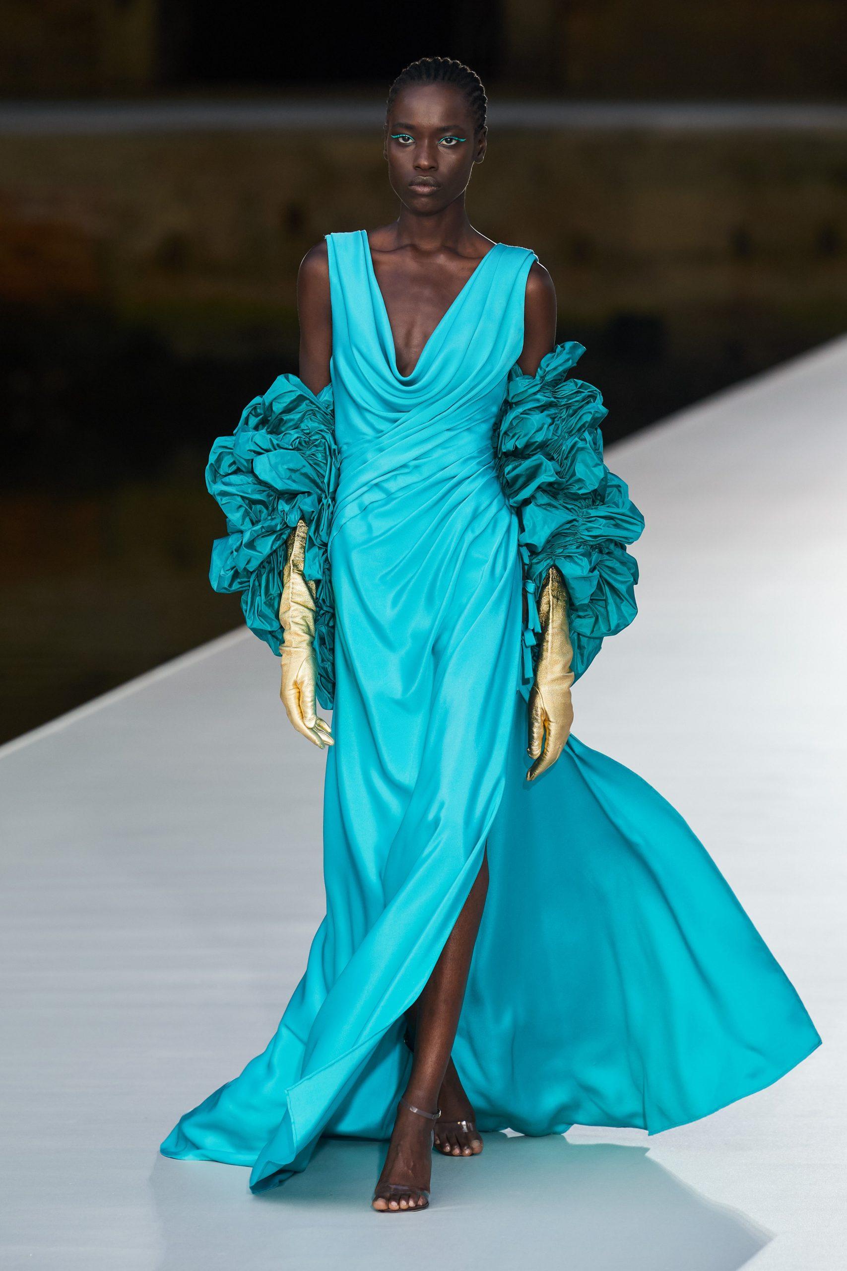 Шляпы, перья и пышные платья в кутюрной коллекции Valentino